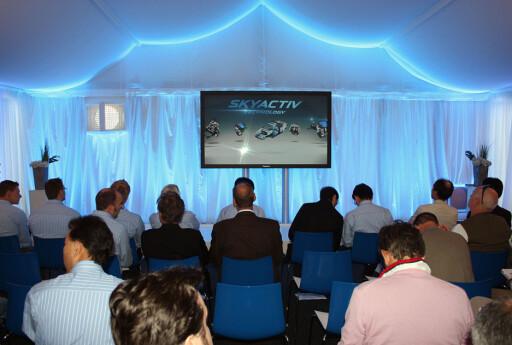 Vi fikk Skyactiv-teknologiene presentert i et telt. Det var ikke kjedelig. Foto: Knut Moberg