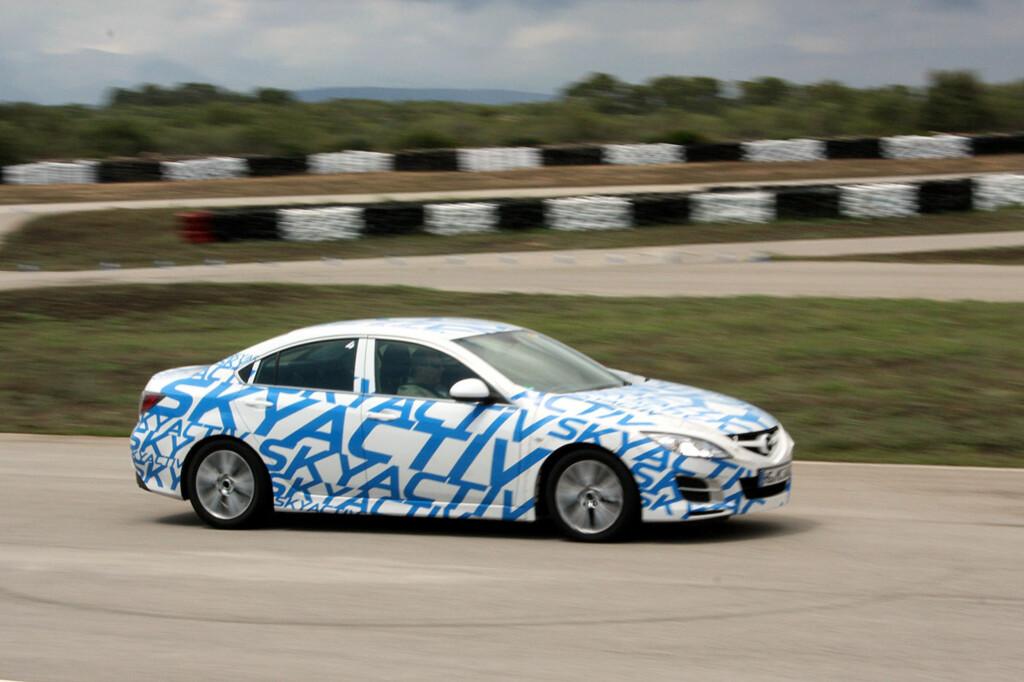 Denne prototypen, forkledd som Mazda 6, inneholder det meste av den nye Skyactiv-teknologien. Vi lot oss imponere runde etter runde på testbanen - Circuito de Mallorca. Foto: Knut Moberg