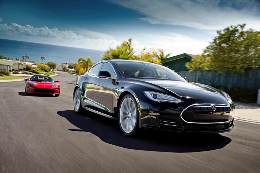 Etter image-suksessen med Tesla Roadster (den røde bilen), er det på tide for Tesla å legge inn neste gir - familiebilen Model S. Her i versjon Alpha med fornyet design. Foto: Tesla Motors