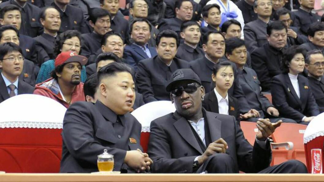 <strong> BESTEKOMPISER:</strong>  Kim Jong-un og Dennis Rodman fra et tidligere møte i en sportshall i Pyongyang. Bildet er fra februar i fjor. AFP PHOTO / KCNA