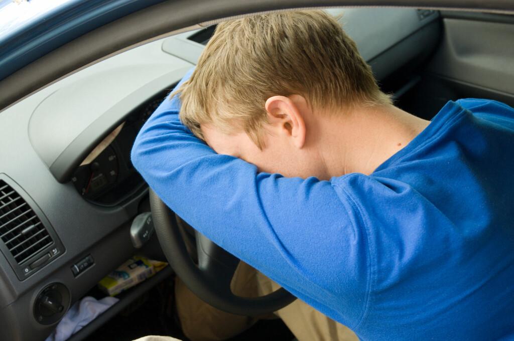 FARLIG: Å være søvnig bak rattet kan være livsfarlig. Mange mener å ha løsningen, men den beste løsningen kan det være du som sitter på.  Foto: Colorbox