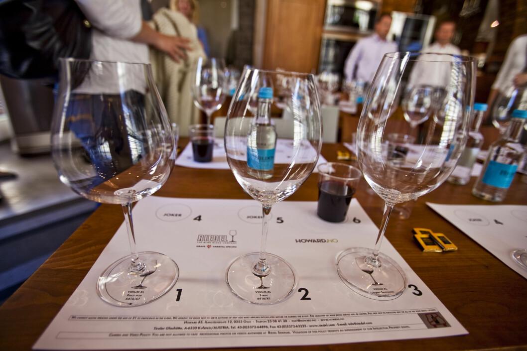 Vinglassene på bildet er fra Riedels XL-serie og passer til (fra venstre) Pinot Noir, Shiraz og Cabernet Sauvignon. Glasset til høyre har en form som anbefales til deg som kun ønsker å ha en type vinglass.  Foto: Per Ervland