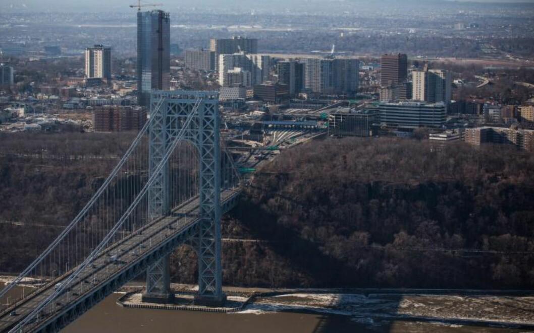 BROA:  Dette bildet viser New Jersey-sida av George Washington-broa, som knytter sammen byen Fort Lee og New York City. Foto: Andrew Burton/Getty Images/AFP
