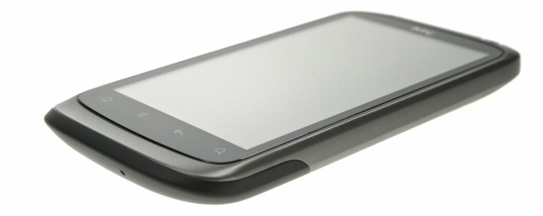 <strong><B>SLANK, MEN IKKE FOR SLANK:</strong></B> HTC Desire S ligger godt i hånda. Foto: Øivind Idsø