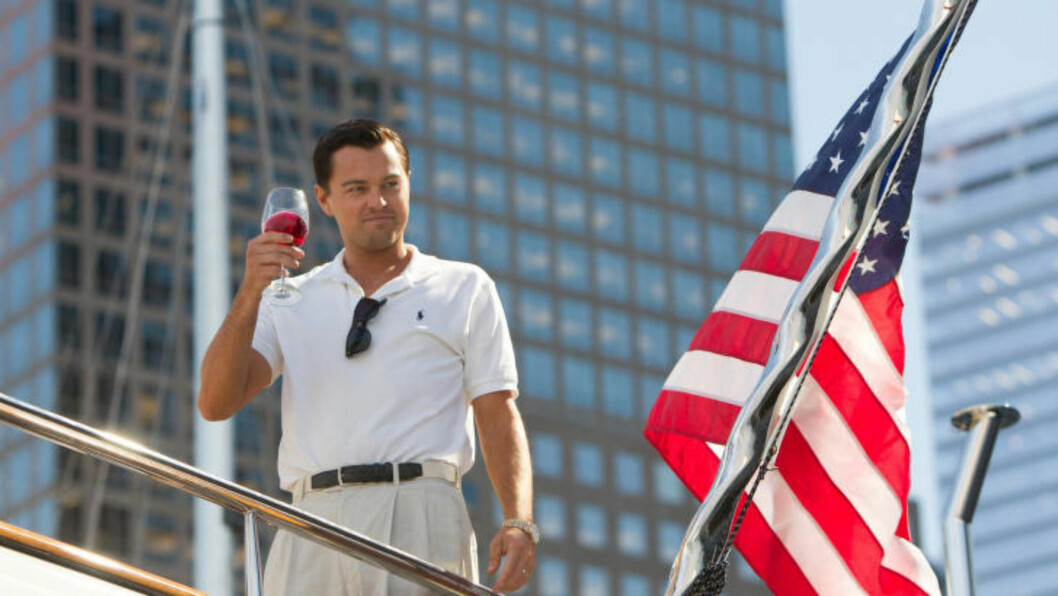 <strong>SPILLER BELFORT:</strong> Leonardo DiCaprio er selv ikke fremmed for å ta seg en fest, men er likevel sjokkert over sin egen karakter i filmen. Bildet er fra settet til «The Wolf of Wall Street». Foto: AP Photo/Paramount Pictures, Mary Cybulski