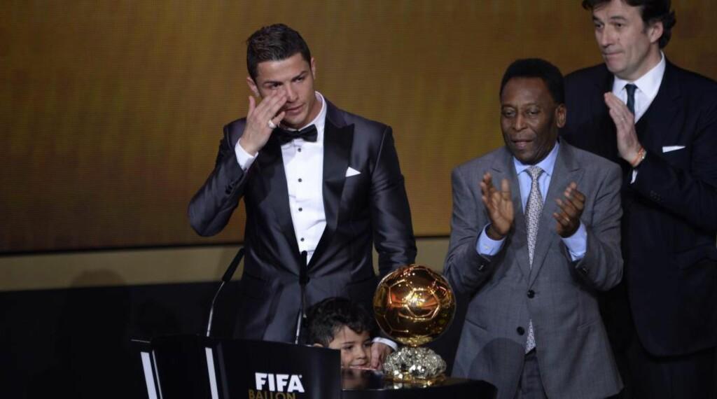 TILBAKE PÅ TOPPEN: Etter at Lionel Messi har innehatt den internasjonale fotballtronen de siste fire årene, ble han omsider detronisert av Cristiano Ronaldo i kveld. Portugiseren tok tilbake tittelen han sist vant i 2008. Det var en veldig rørt Ronaldo som tok imot prisen fra Pele. Foto: EPA/WALTER BIERIAFP PHOTO / FABRICE COFFRINI