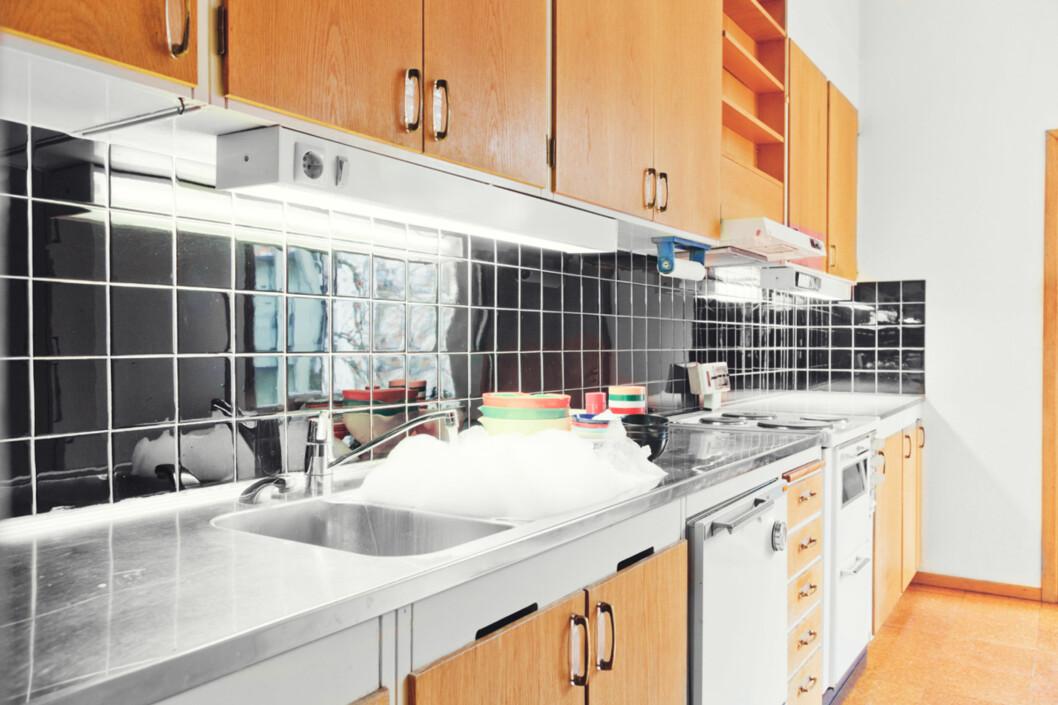 """Oppvasken står klar, og oppvaskkummen er full av såpevann. <a target=""""_blank"""" href=""""http://fantasticfrank.wordpress.com/2011/02/11/sa-har-saljer-man-renoveringsobjekt/"""">Se mer på bloggen</a> Foto: Anders Lindén"""