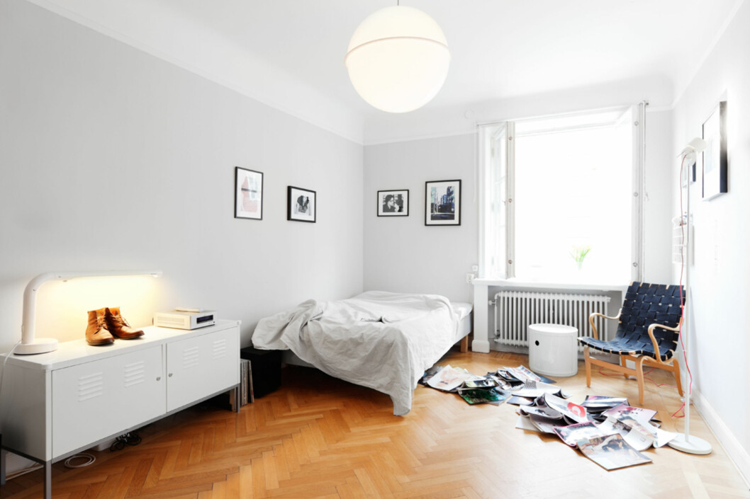 Krøllete uopredd seng, støvler på skjenken, magasiner over hele gulvet.  Foto: Anders Lindén