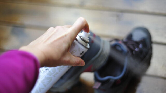 7b84b140 ENKEL LØSNING: Impregnerer du skoene dine, holder de seg vannavstøtende  lenger. Foto: