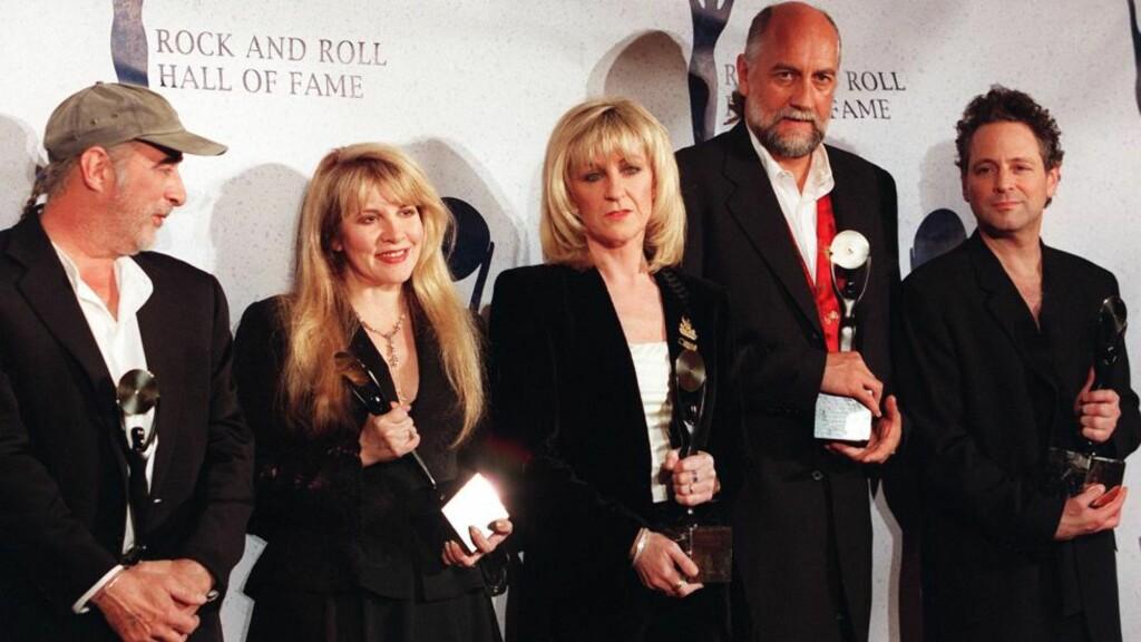 TILBAKE TIL RAMPELYSET: Christine McVie (i midten) har levd et tilbaketrukket liv etter at hun ga seg i Fleetwood Mac. Her da de ble innlemmet i Rock 'n Roll Hall of Fame i 1998. Fra venstre John McVie, Stevie Nicks, Christine McVie, Mick Fleetwood og Lindsay Buckingham. Foto: Scanpix/EPA/AFP/JON LEVY