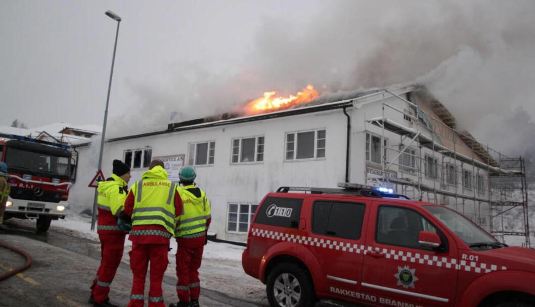 <strong>I FULL FYR:</strong> Brannen i Eidsbergveien er ute av kontroll. Foto: FREDDIE LARSEN