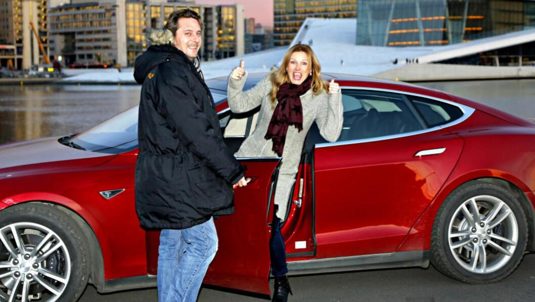 PROBLEMER:  Dagbladets bileksperter Espen Stensrud og Hilde Schjerve kåret Tesla Model S. til årets bil i fjor. Nå har suksessbilen problemer med ladingen når det blir kuldegrader. Foto: Jacques Hvistendahl / Dagbladet