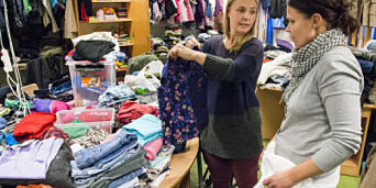 image: Får hauger med klær til nødlidne i Lærdal