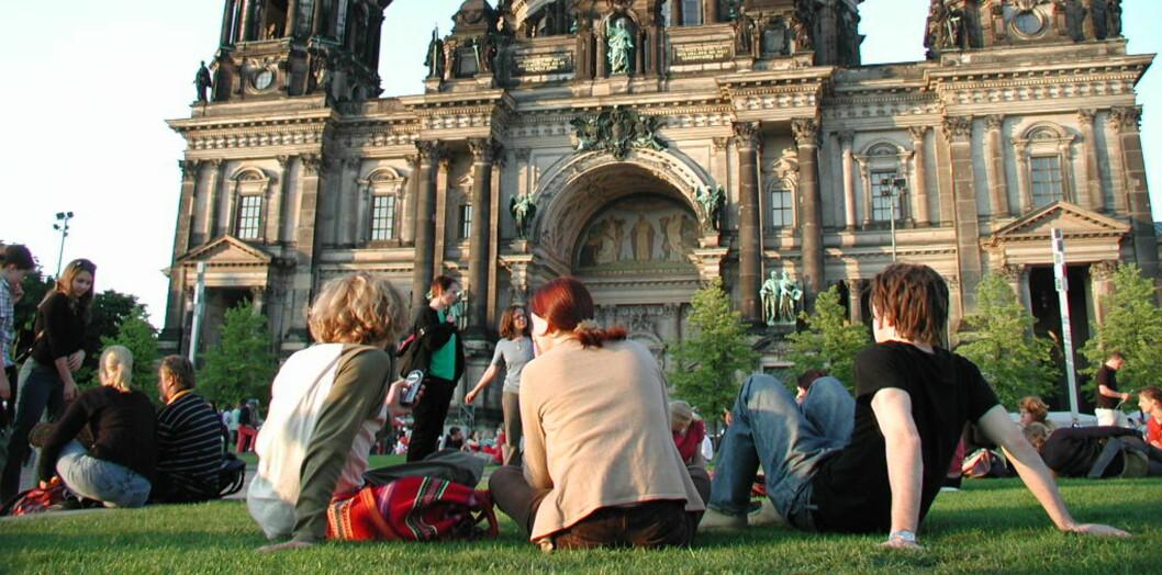 Her slapper en gjeng turister av foran Berliner Dom. Foto: Till Achinger