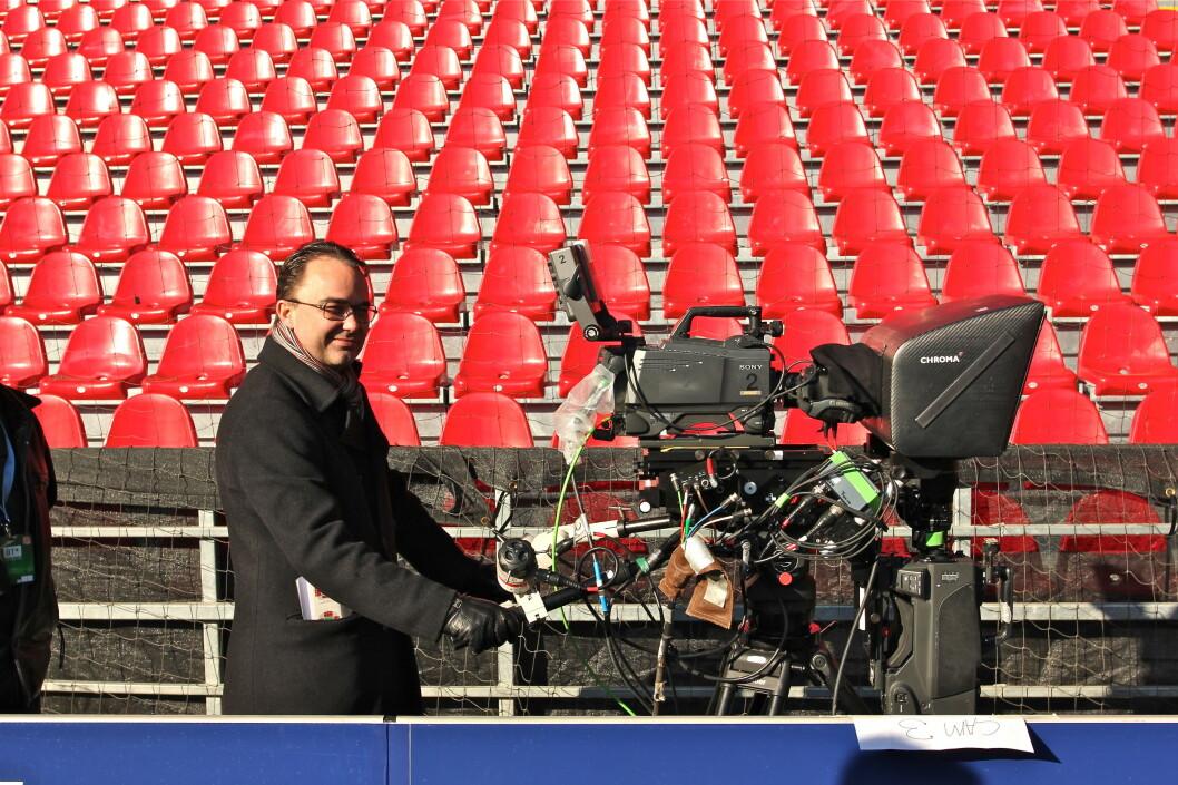 <strong><B>FORNØYD SJEF:</strong></B> CEO for Viasat Danmark, Jesper Grønholdt, bak ett av de fire 3D-kameraene som var i aksjon i Parken fotballstadion denne uka. Anledningen var Viasats 3D-produksjon av FC København - Chelsa i Danmark, den første i sitt slag i Norden. Foto: Øivind Idsø
