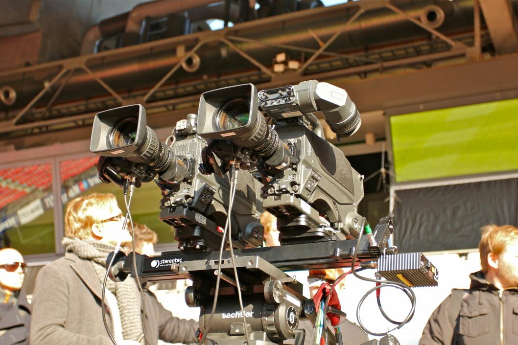 <strong><B>STEREO:</strong></B> Det trengs to Sony 1500-kameraer for å lage et ekte 3D-signal. Dette er plassert på langsida på hovedtribunen. Foto: Øivind Idsø