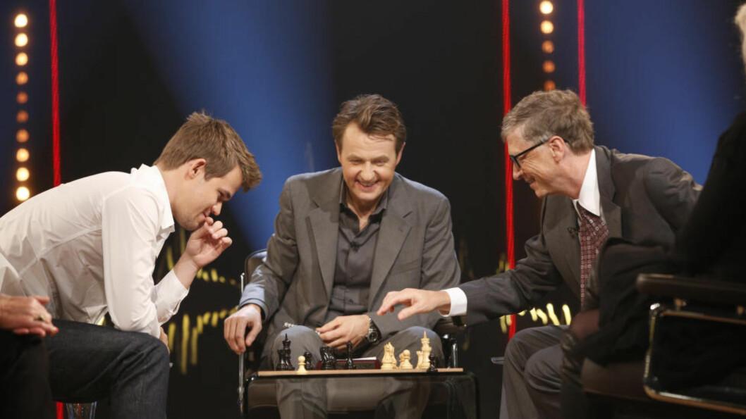 <strong>GOD STEMNING:</strong> Det var god stemning mellom partene da Magnus Carlsen spilte lynsjakk mot Bill gates. I midten er Fredrik Skavland. Foto: Monkberry