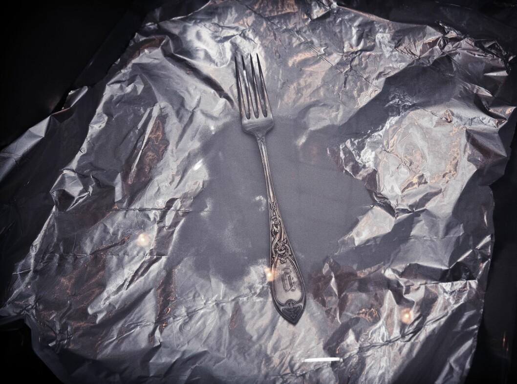 Er du sent ute med sølvpussen er dette trikset for deg. Legg aluminiumsfolie i kjøkkenkummen, fyll med vann. Hiv på et par spiseskjeer salt, og legg sølvtøyet oppi. Resultatet er ikke enestående, men det gir litt ekstra glans. Noe av det mørke draget på bestikket blir også borte. Foto: LISA DAHLBAK JACOBSEN