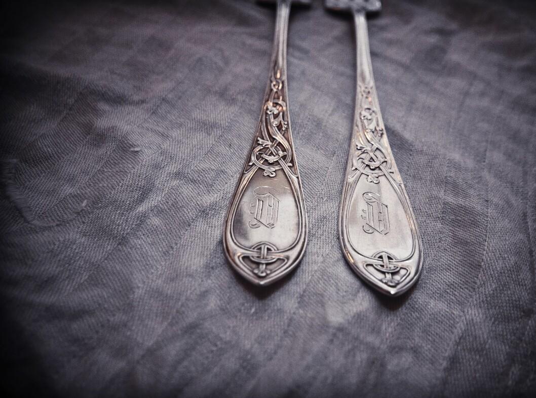 Her har gaffelen til venstre fått testet husmortrikset med aluminiumsfolie og salt, mens den til høyre har vært pusset med pasta. Foto: Lisa Dahlbak Jacobsen