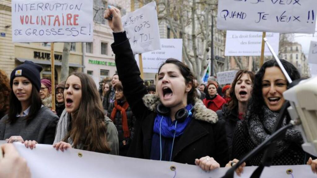 FRANSK DEMONSTRASJON: Også i flere franske byer var det demonstrasjoner mot det spanske lovforslaget i helga, her fra Marseille. Foto: Franck Pennant / AFP Photo / NTB scanpix