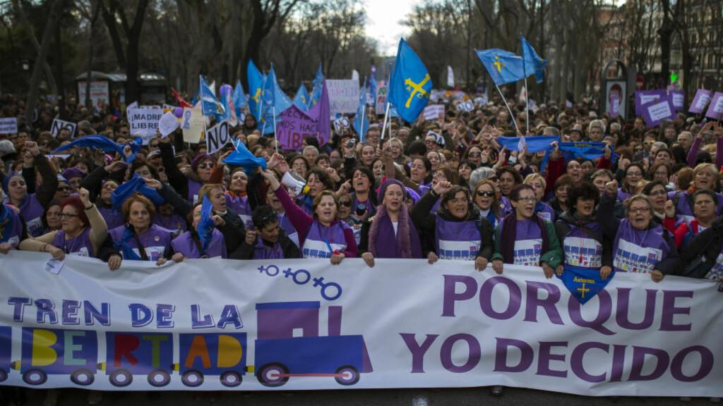 """STORE DEMONSTRASJONER: Mange tusen demonstrerte mot den spanske regjeringens nye abortforslag i Madrid i helga. Her er demonstrantene på vei til det spanske parlamentet. På banneret står det: """"Fordi jeg bestemmer. Frihetens tog."""" Foto: Andres Kudacki / AP Photo / NTB scanpix"""