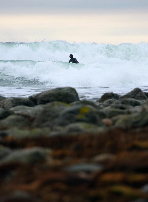 Bølgene på Saltstein er på langt nær de største som brekker langs norskekysten, men av til kan de gi utfordringer for surfere. Foto: Hans Kristian Krogh-Hanssen