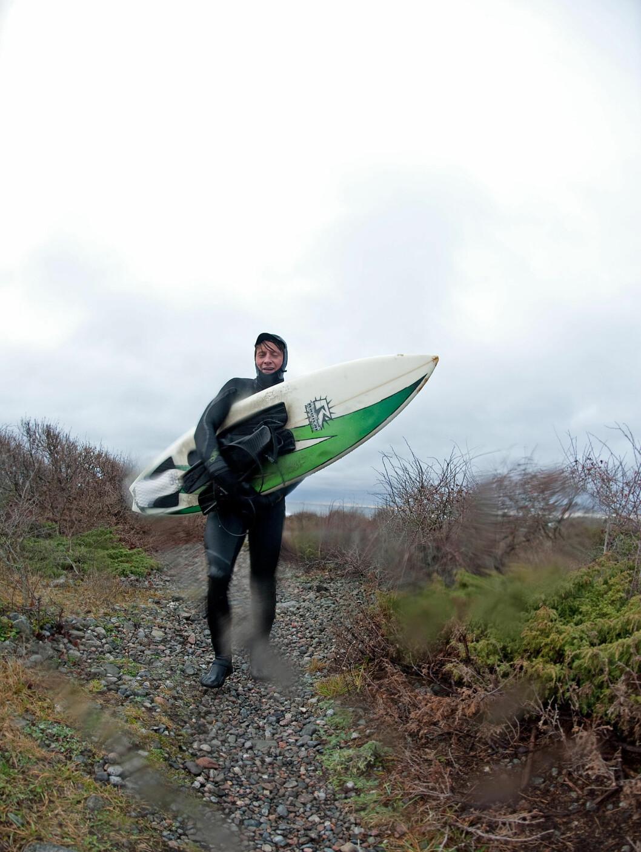 Morgensurfen er i boks, nå kommer den kalde affæren med å kle av seg våtdrakten i minusgrader... Foto: Hans Kristian Krogh-Hanssen