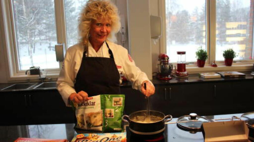 KOKKESUPPER: Serien med kokkeklare supper fra Stabburet ble lansert i 2012, og har ifølge produsenten fått en god mottagelse. Nå kommer en ny variant: Kokkeklar blomkålsuppe, som her tilberedes av Marit S. Marvik, fagsjef i Orkla Foods Norge. Foto: KRISTIN SØRDAL