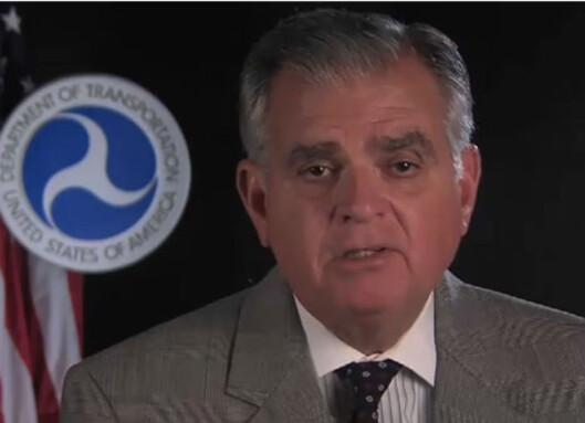 Transportsekretær Ray LaHood har kommet med drastiske forslag mot mobildistraherte bilister. Fra kampanjevideo mot mobilbruk i bil. Foto: Department of Transportation, USA