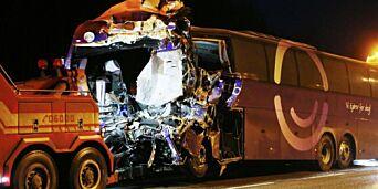 image: Her fraktes bussen fra ulykkesstedet