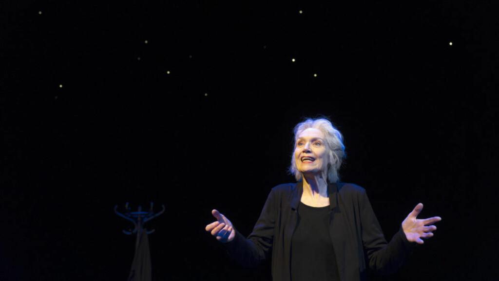 ENSOM PRESTASJON, FOR TREDJE GANG: «Av måneskin gror det ingenting» er en kraftprøve for en skuespiller. Ragnhild Hilt mestrer den. Foto: Dag Jenssen, Det Norske Teatret