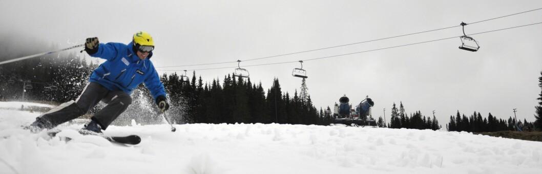 Kvitfjell Alpinanlegg er blant de første skisentrene som åpner etter sommeren. Skipatruljør Nicklas Lindqvist på bildet, var den første fikk prøve den nylagte snøen mandag morgen. Foto: Kvitfjell Alpinanlegg