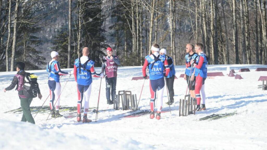 KRISEMØTE? Her er de norske smørerne i samtale etter stafett-fiaskoen. Noe må gjøres før herrenes stafett i morgen, mener NRK-ekspert Torgeir Bjørn.