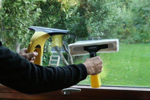 Spruteflasken med mopp (til høyre) vasker vinduet, mens nalen med sugefunksjon suger opp både vann og smuss. Foto: Einar Ryvarden