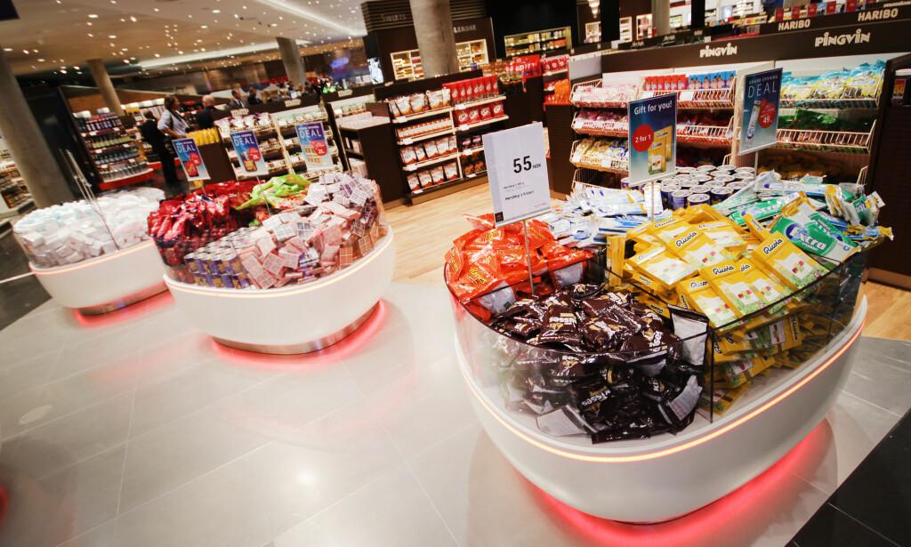 FÅR IKKE LOV Å SELGE PEANØTTER OG CHIPS: Taxfreebutikkene på flyplassene får kun lov til å selge sukkervarer i godteriavdelingen, ikke peanøtter, potetgull og annen snacks - fordi det ikke er sukkeravgift på de varene. FOTO: OLE PETTER BAUGERØD STOKKE