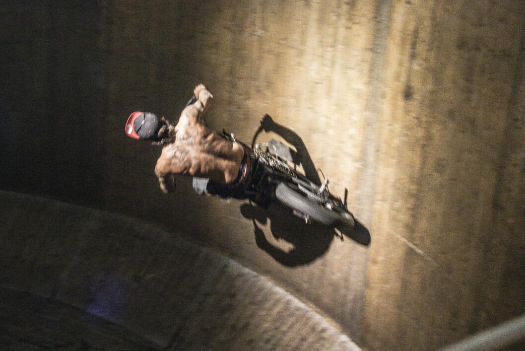 <strong><b>FLISER AVGÅRDE:</strong></b> I tønna av tre begrenser motorsyklistens skinnbekledning seg til egen hud, så går det galt kan det bli en del fliser å nappe ut. Stunt-syklene kan du se i action på Oslo Motorshow. Foto: JAMIESON POTHECARY
