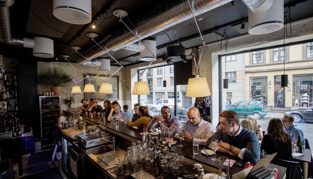 <strong>UFORMELT:</strong> Det kan være fullt på Bass, men har du flaks, er det plass til å sitte i baren. Foto: Anita Arntzen / Dagbladet