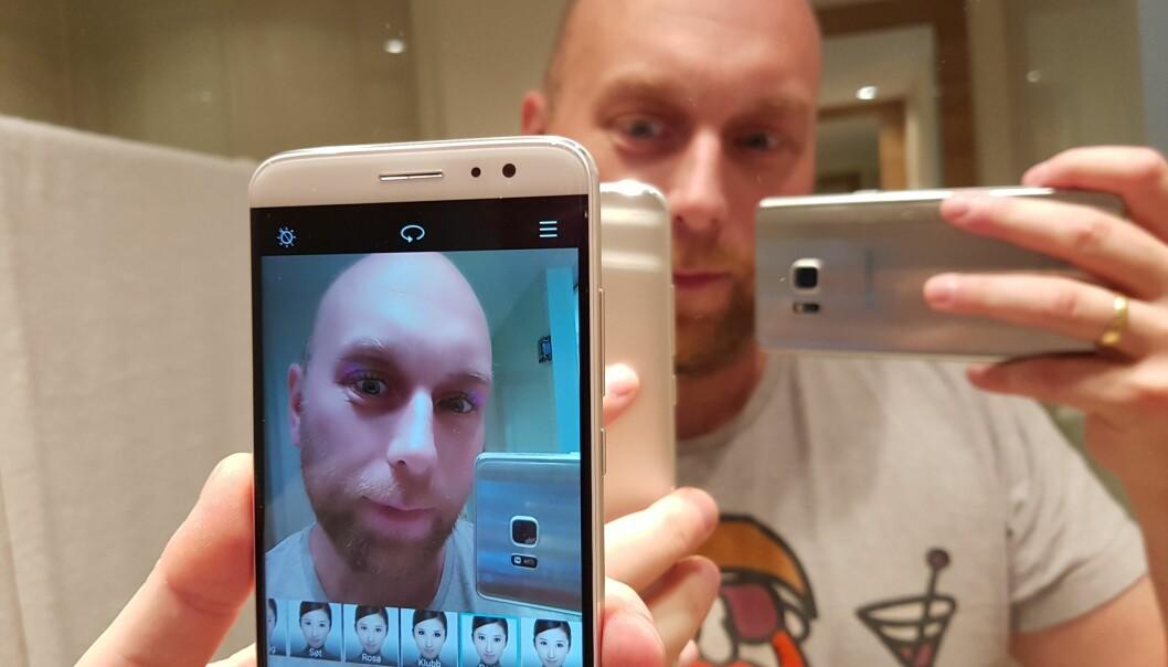 <strong>SMINKER DEG:</strong> Huawei frir til kvinner med sin nye Nova-telefon, som har innebygd sminkefunksjon til selfie-bildene. Foto: Pål Joakim Olsen