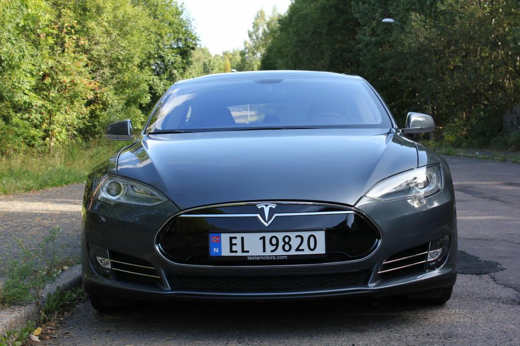 <strong><B>TØFF UTENPÅ:</strong></B> Men enda tøffere innvendig. Vi viser deg Tesla S-skjermen. Foto: Øivind Idsø