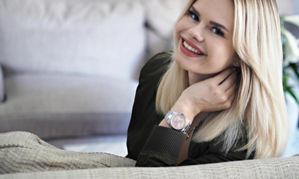 PILOTFRUE: Julianne Nygård er utdanna journalist, men fekk vedvarande tilbakemeldingar om at ho hadde «for få» vinklingar på saken sine. Ho tok hintet og har no den stigande bloggen «Pilotfrue».