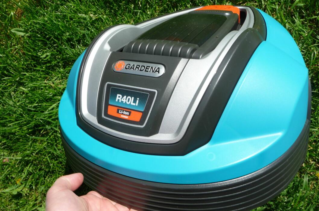 Gardena R40Li er ren og pen rett ut av esken. Det varer ikke lenge, for det å klippe gresset er en møkkajobb. Foto: Øyvind P