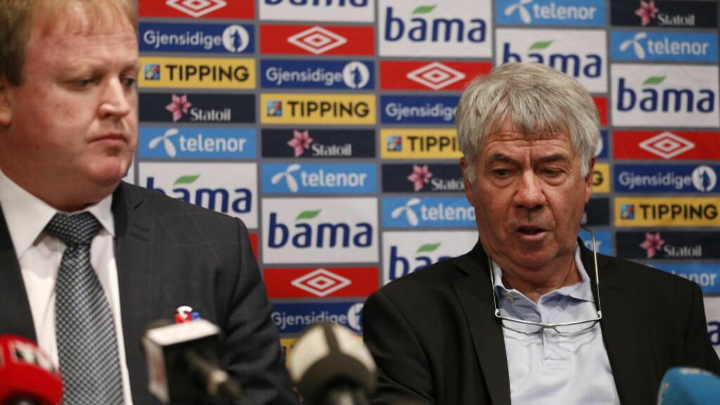 PÅ KOLLISJONSKURS: Egil Drillo Olsen (t.h) og fotballpresident Yngve Hallén er ikke enige om hvorvidt Drillo fikk sparken eller ei. Nå krever Drillo full kompensasjon for penger han ville tjent dersom han hadde tatt Norge til fotball-VM neste sommer. Foto: Erlend Aas / NTB Scanpix