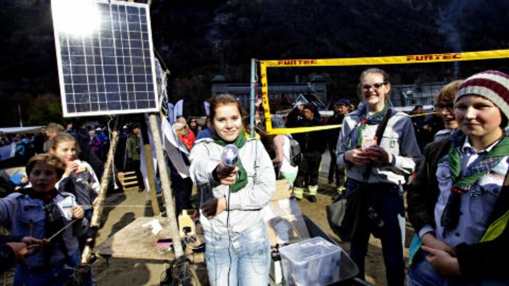 SOLSPEIDERE: Karoline og rjukanspeiderne viste at solspeilet kunne drive et solcellepanel og gi lys og lading. Foto: OLE C. H. THOMASSEN
