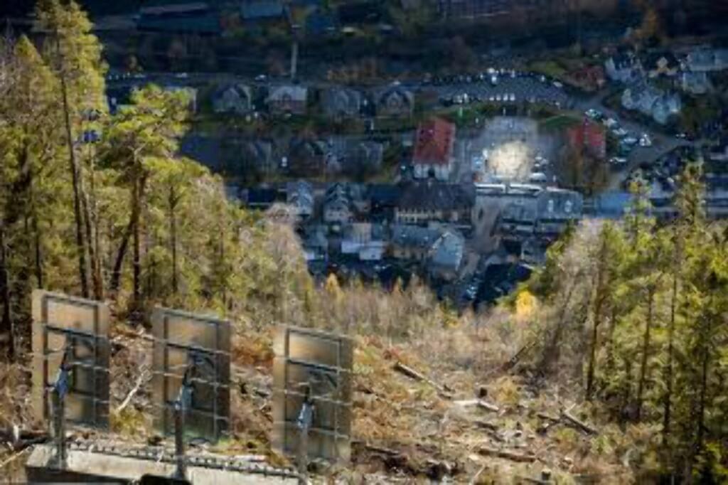 LYS I MØRKET: Speilet reflekterer sola ned på en del av torget. Foto: KRISTER SØRBØ / AFP / NTB SCANPIX