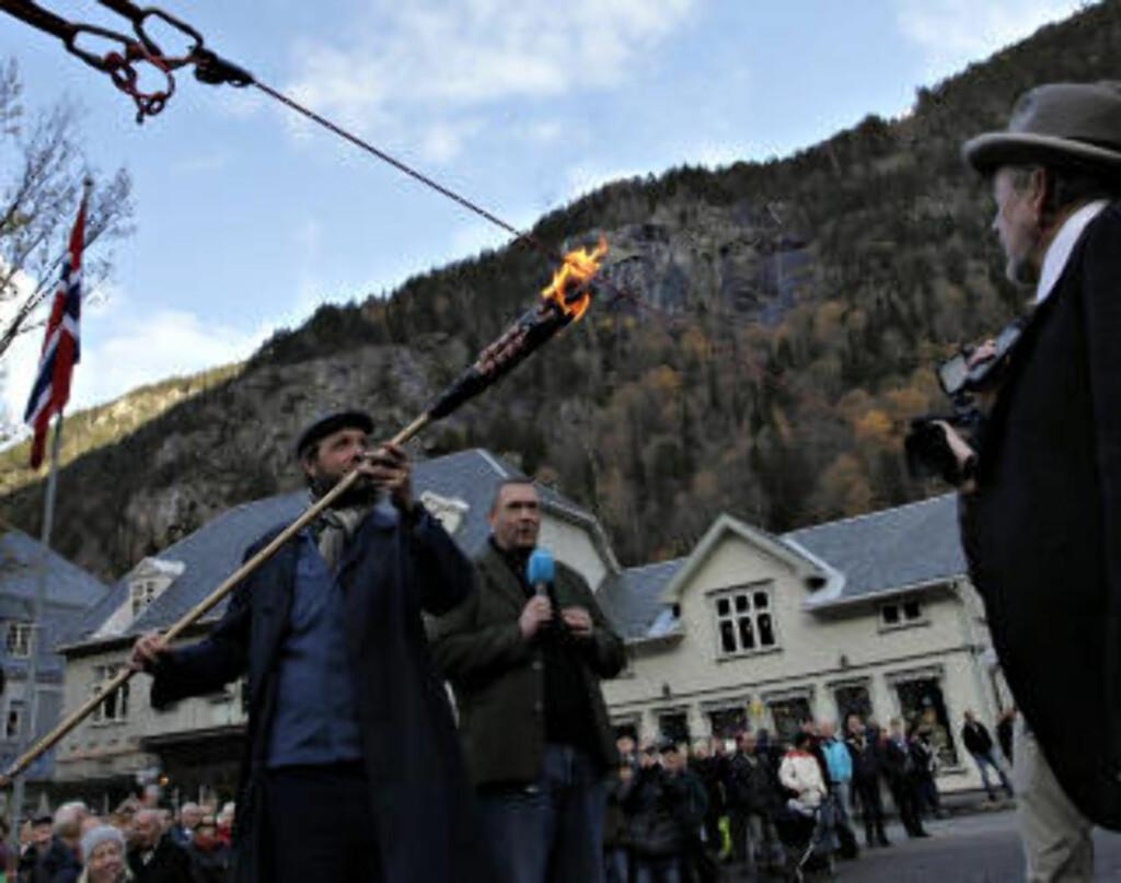 ÅPNINGEN: Martin Andersen foretar snorbrenning. Foto: OLE C.H. THOMASSEN