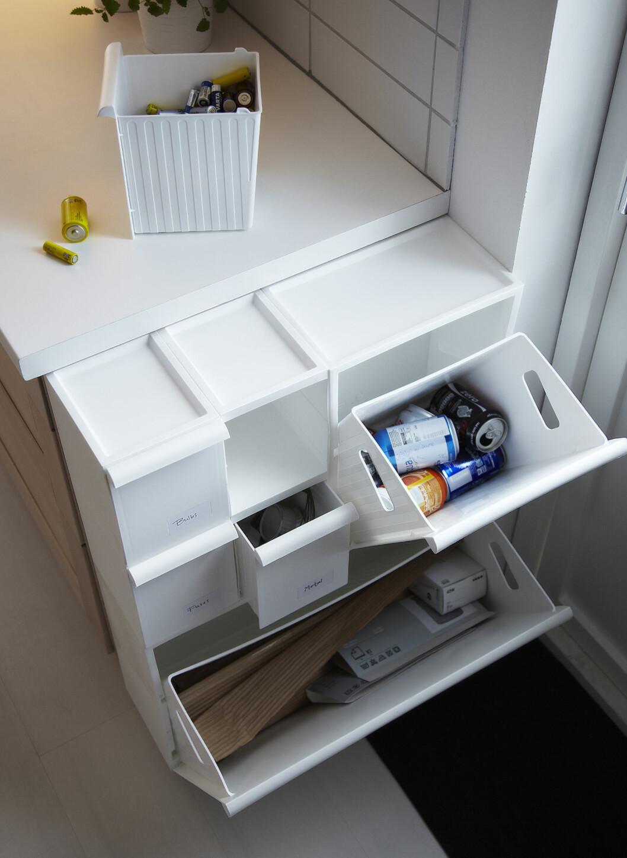 Her er flere av søppelsorteringsboksene i serien Retur satt sammen. De minste koster 69 for to stk. Deretter følger mellomvarianten til 79 kroner, og den største som koster 119 per stk. Foto: Ikea