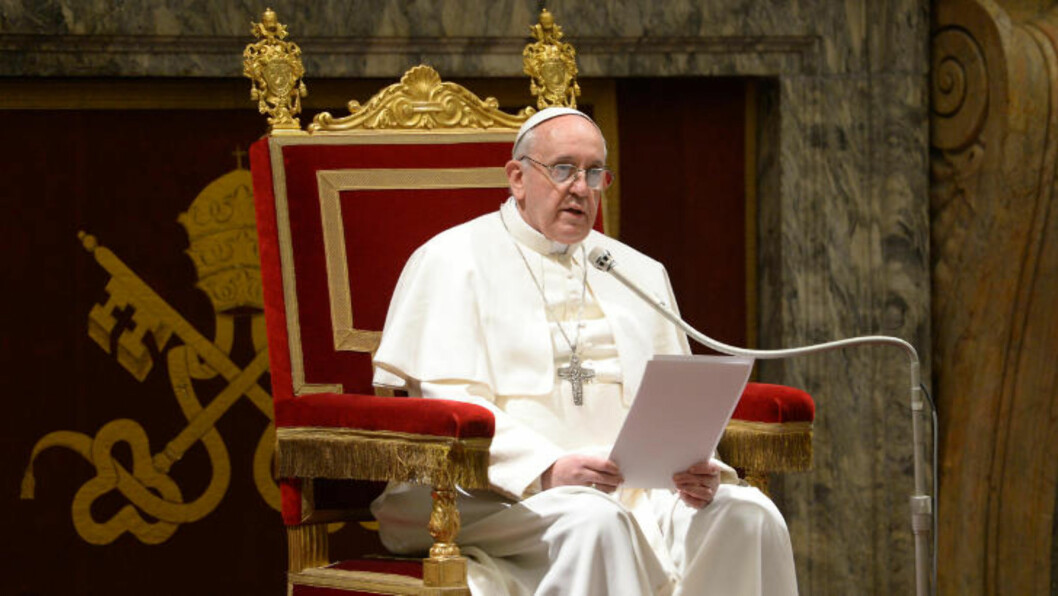 <strong>BLE VALGT:</strong> Pave Frans, Jorge Mario Bergoglio, ble 13. mars i år valgt til ny pave. Han skal ha blitt overvåket i hele den perioden, hevder ny rapport. Foto: REUTERS / Osservatore Romano / NTB Scanpix