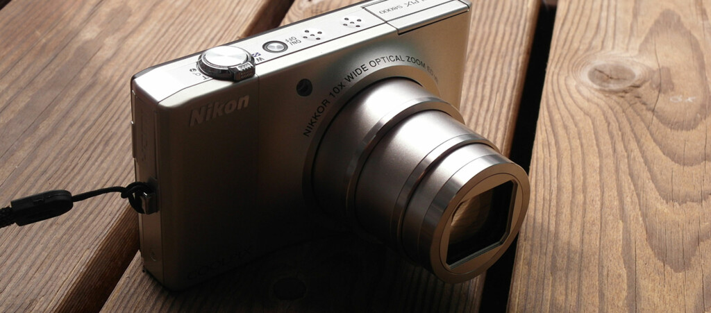 <strong>LANG ZOOM:</strong> På tross av størrelsen har Nikon S8000 10x optisk zoom, men vi har mye å sette fingeren på. Foto: Pål Joakim Olsen