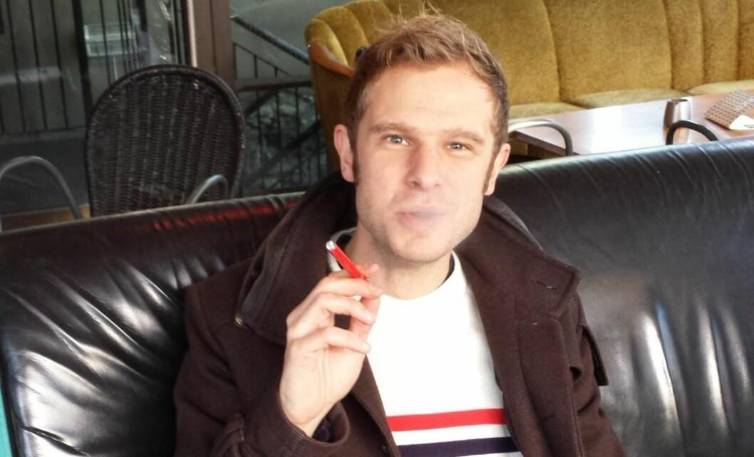 <strong>RØYKESTOPP:</strong> Stortingsrepresentant Snorre Valen (SV) er sjøl sigarettrøyker og håper nikotinholdige e-sigaretten blir lovlig i Norge i nærmeste framtid. Her nyter han en fullt lovlig nikotinfri e-sigarett i Trondheim torsdag. Foto: Privat
