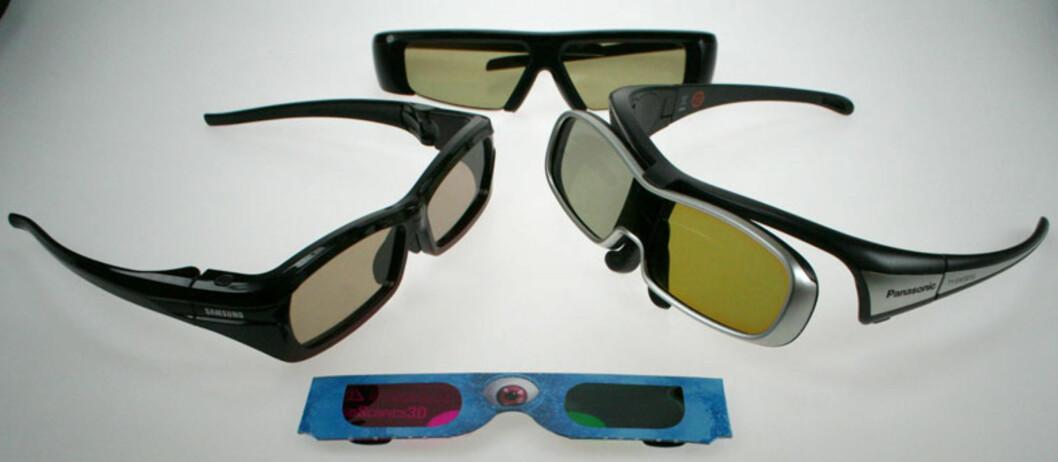 De blå pappbrillene kan du kaste om du vil se 3D i full HD-oppløsning. De tre øverste er de du trenger, problemet er at du trenger ulike briller til hver produsent.. Foto: Øyvind P